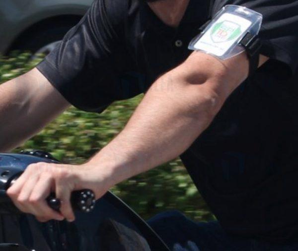 Portagafete para brazo en accion